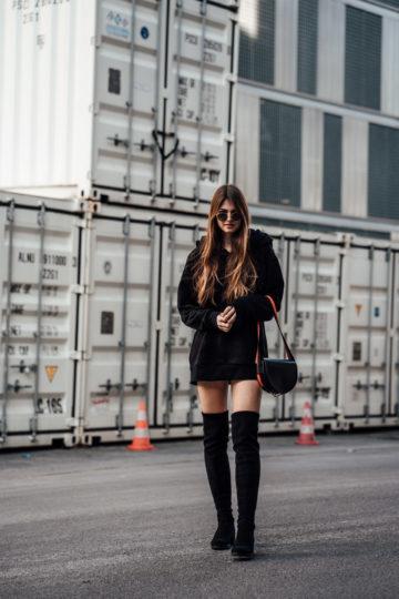 My Overknees Outfit med överdimensionerad huvtröja och rund solglasögon