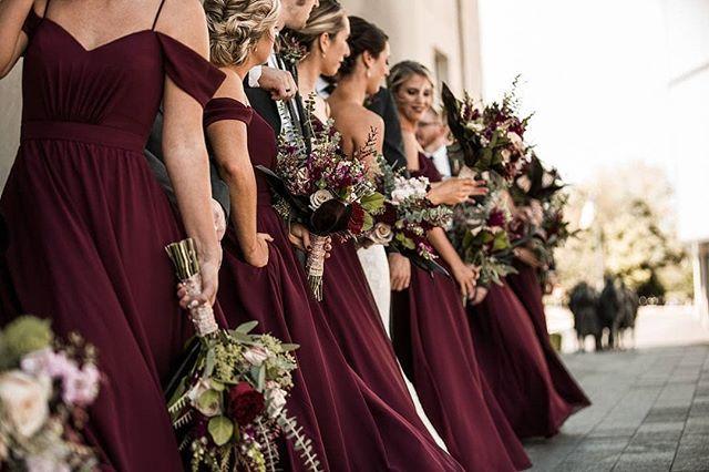 Bourgogne skönheter i deras @KennedyBlueOfficial brudtärna klänningar.