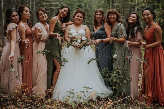 Släpp de jordnära hösttonerna i detta bröllop utan affärslosor.