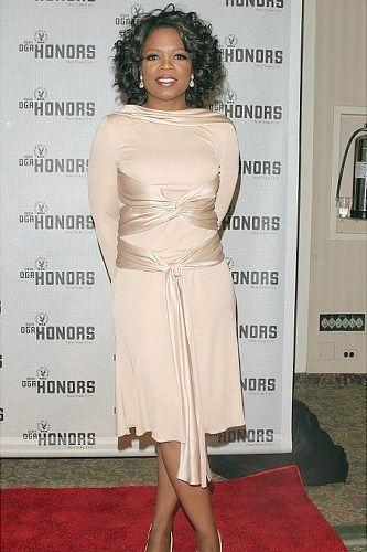 TV-personligheten Oprah Winfrey poserar backstage vid den 5: e.