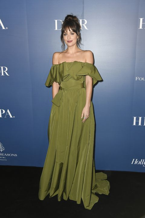 Dakota Johnson i vit Prada-klänning på Fifty Shades Freed Paris.