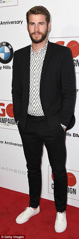 Liam Hemsworth träffar den röda mattan när han deltar i GO-kampanjen.