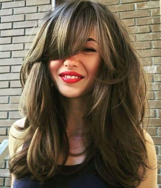 Extremt volymskiktad hårklippning  Långt hår med lugg, långt.
