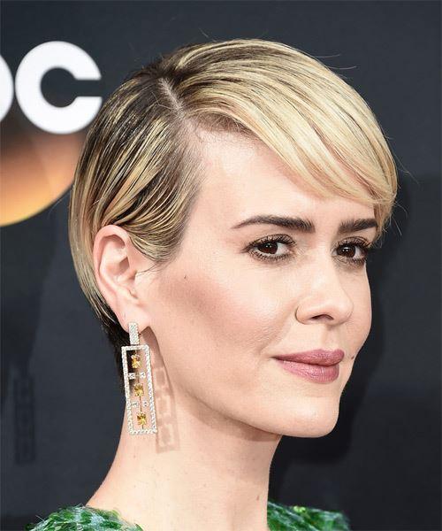 Sarah Paulson kort, rak, ljusblond frisyr med sida.