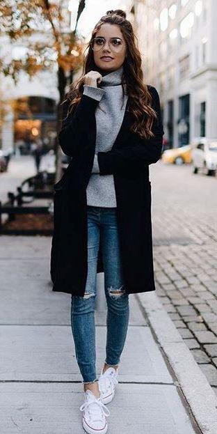 trendig outfitidé: svart kappa + tröja + rippor + sneakers.