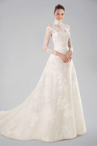 Fantastisk bröllopsklänning med hög krage med spetsöverdrag och lång.