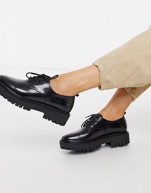 Pull & Bear patentsnörade skor i svart |  SOM