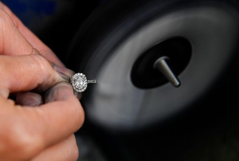 Hammare, mejslar och mikroskop: inne i diamantsmycken.