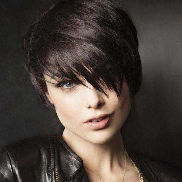 25 vackra korta hårklippningar för runda ansikten 20
