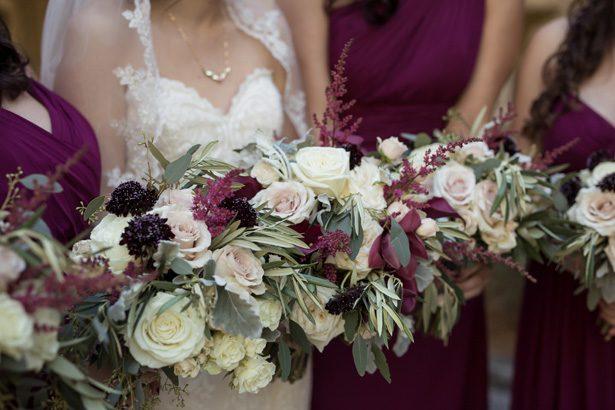 Ett klassiskt burgundy bröllop fyllt med glamour och romerskt