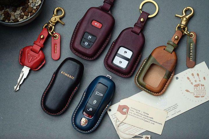 Handgjorda nyckelväskor i läder med namnstämplingsservice. (Tillverkad till.