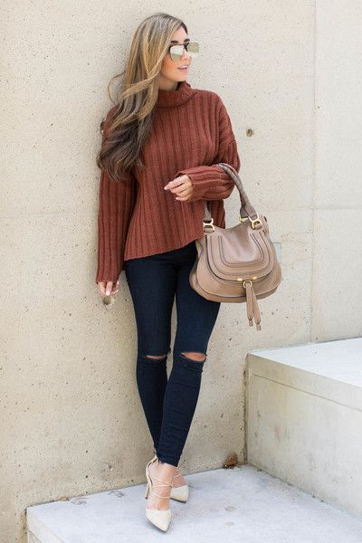 En ribbad rosttröja och svarta jeans    Rosttröja, svarta jeans.