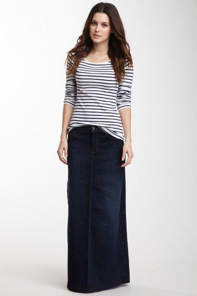 svartvit randig t-shirt och mörkblå maxikjol i denim
