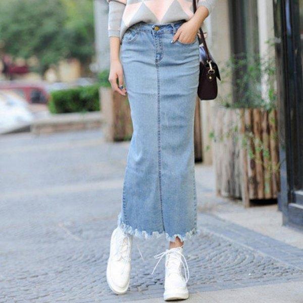 Ljusblå maxi-denim kjol med grå och vit mönstrad stickad tröja