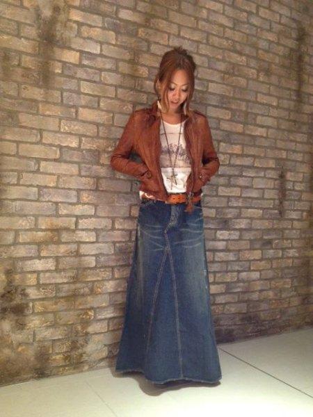 blå, lätt utsvängd maxikjolskjorta med brun läderjacka