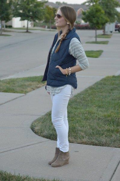 grå och vit randig pojkvänskjorta med smala jeans och mockaskor