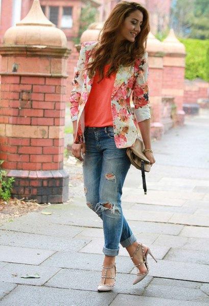 rodnande rosa blommig kavaj med orange linne och rippade jeans