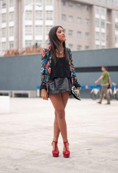 svart kavaj med blommönster och mini läder kjol