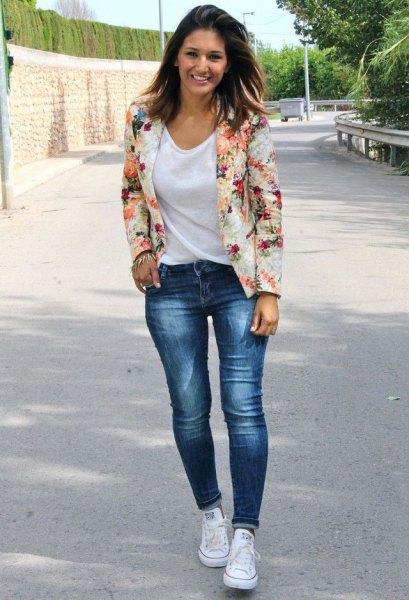 Blushrosa blommig blazer med en vit t-shirt med scoop-hals och jeans