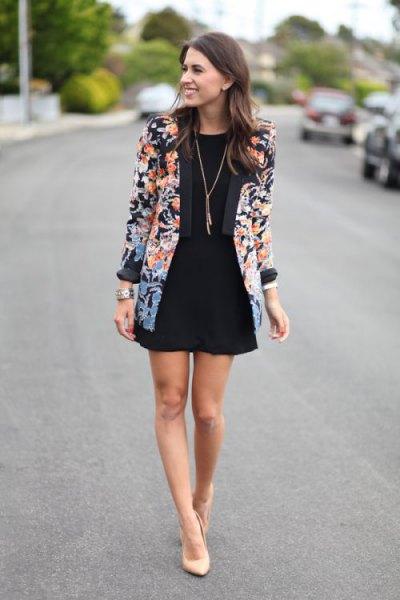 Blazer med blommönster och svart minipirat kjol