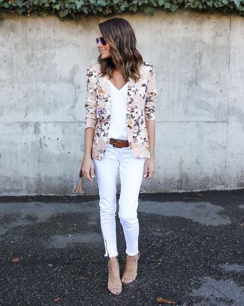 rosa kavaj med vit topp med V-ringning och matchande beskurna jeans