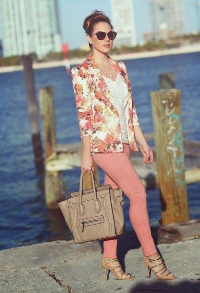 rodnad rosa jacka med vit ruffad topp och crepe skinny jeans