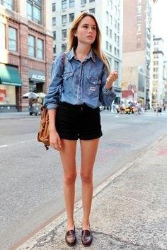 Ljusblå chambray-skjorta med knappar och svarta mini-jeansshorts