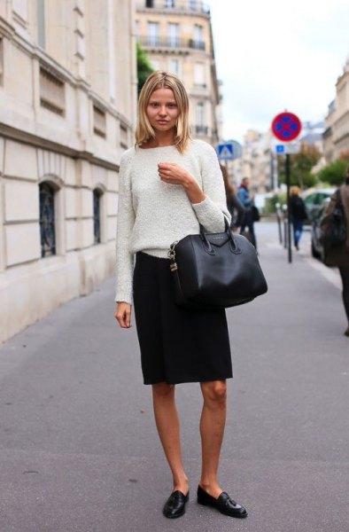 vit, tjock stickad tröja med svart penna kjol och öre loafers