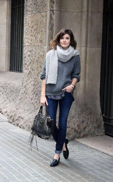 grå, ribbad, tjock stickad tröja med halsduk och svarta öre tofflor