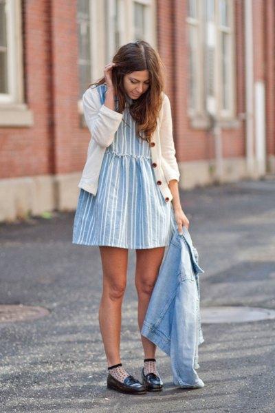 vit kofta med blå och vit randig mini bakklänning