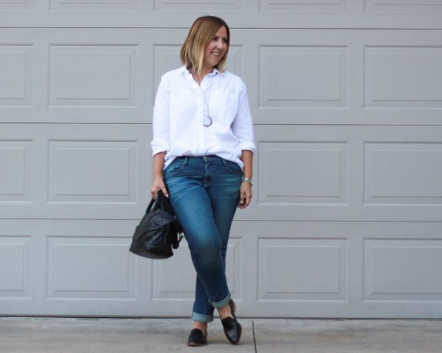 vit skjorta med knappar, slim fit jeans med muddar och svarta tofflor
