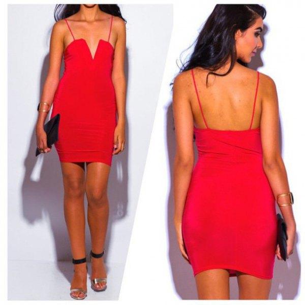 röd, figurkramande miniklänning med spagettiremmar och V-ringning och klackar med öppna tå