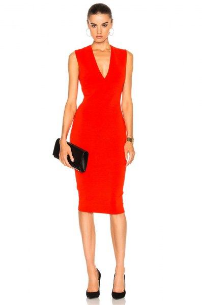 röd ärmlös midiklänning med V-ringning och svart läderkoppling