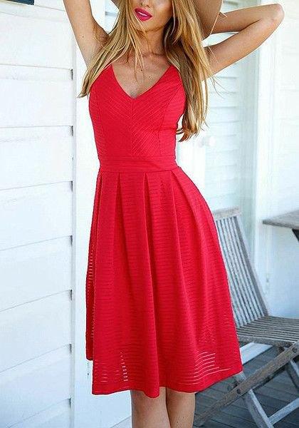 röd veckad passform och knälång klänning med V-ringning