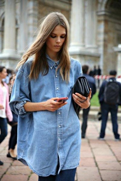 Överdimensionerad ljusblå chambrayskjorta med knappar och svarta leggings