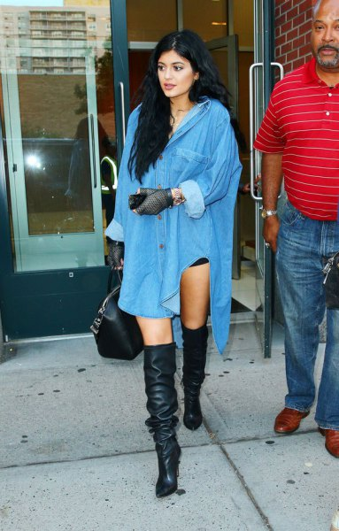 Ljusblå, överdimensionerad skjortklänning med knappar och stövlar över knäna