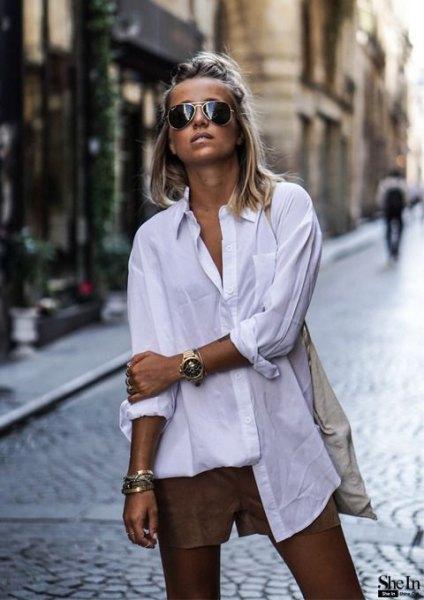 vit stor skjorta med knappar och små grå, flytande, eleganta shorts
