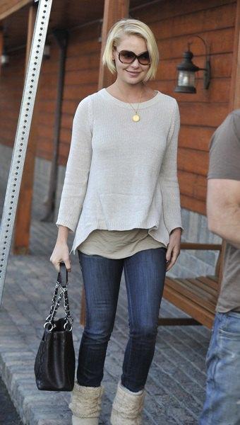 vita, mörkblå skinny jeans med båthalsring
