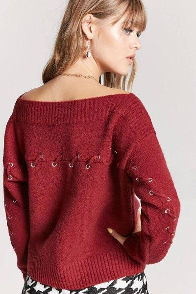 röd tröja med spetsdetaljer i båthalsring