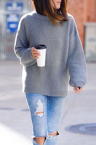 grå ulltröja rippade jeans