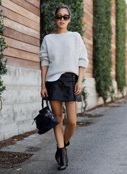 vit, ribbad, tjock tröja, svart läder kjol med spets