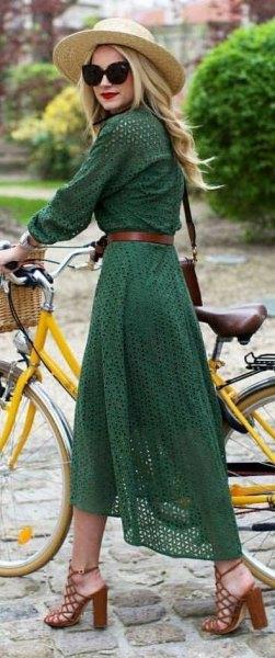 grön långärmad midiklänning med bälte och stråhatt
