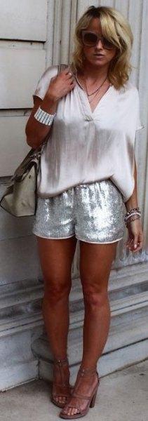 vit kortärmad blus med silver paljett shorts