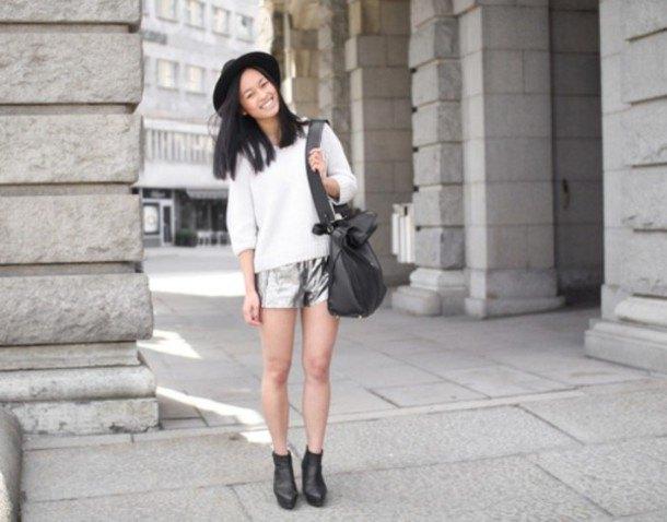 vit stickad tröja med halva ärmar, silvershorts och filthatt