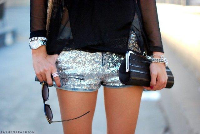 Mini-shorts med paljetter med svart chiffongblus