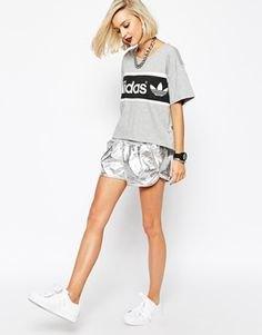 grå tryckt T-shirt med löparshorts i metall