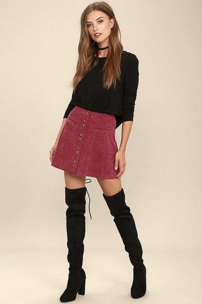 svart, passande tröja med rund halsringning och vinröd corduroy mini kjol