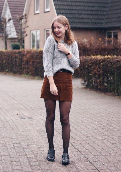 grå, ribbad, grovstickad tröja med brun minikjol i corduroy