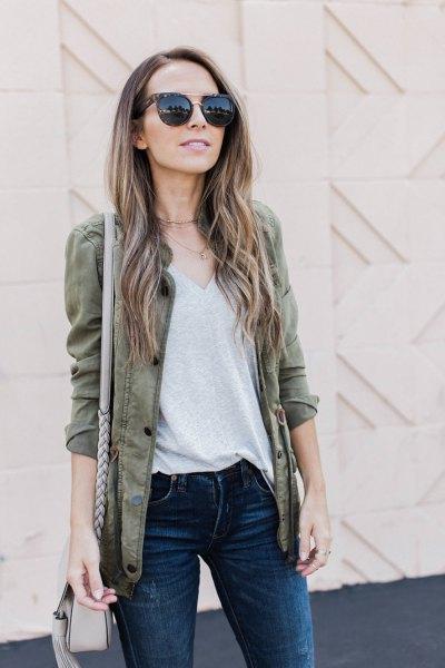 grå kavaj med V-ringad T-shirt och mörka skinny jeans