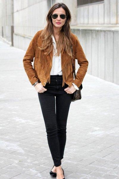 brun mocka höstjacka med fransar, vit blus och svarta jeans